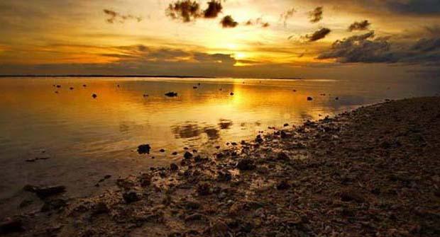 Закат на пустынном берегу балтики