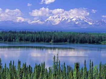 Озеро отражает снежные вершины алтая